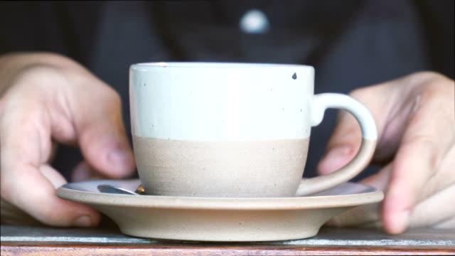cu 蒸し温かい飲み物を提供しています - スナック点の映像素材/bロール