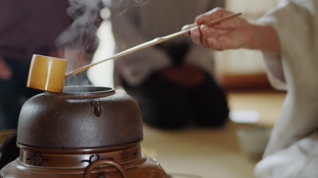 vídeos y material grabado en eventos de stock de hervidor de agua en la ceremonia tradicional del té japonés - sado
