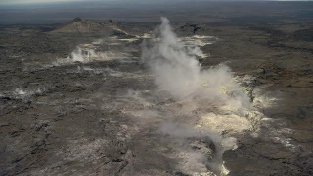 steaming sulphur vents on volcano, hawaii - vulkanlandschaft stock-videos und b-roll-filmmaterial