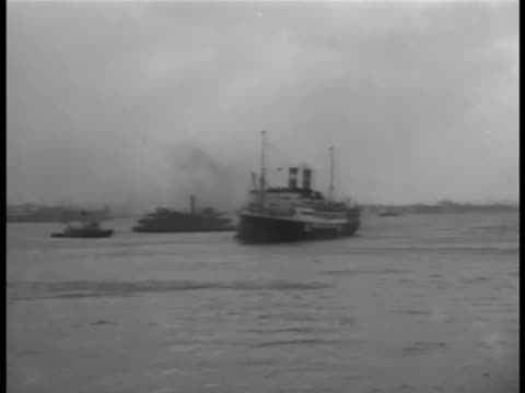 steamship in harbor, tug nearby. deck behind people looking at statue of liberty. smiling people in coats, hats. statue of liberty. immigrants,... - passagierschiff stock-videos und b-roll-filmmaterial