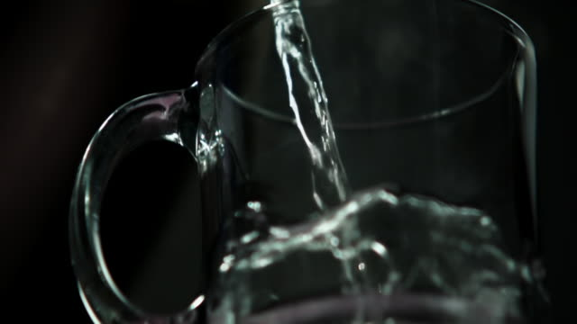 vidéos et rushes de steamy hot water pouring into clear mug - verre translucide