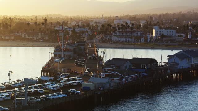 stearns wharf und santa barbara bei sonnenuntergang - drohne schuss - santa barbara stock-videos und b-roll-filmmaterial