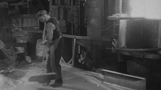 vídeos de stock, filmes e b-roll de 1948 montage steel being heated, hammered, and molded by steel workers in a mill / sheffield, england, united kingdom - fornalha