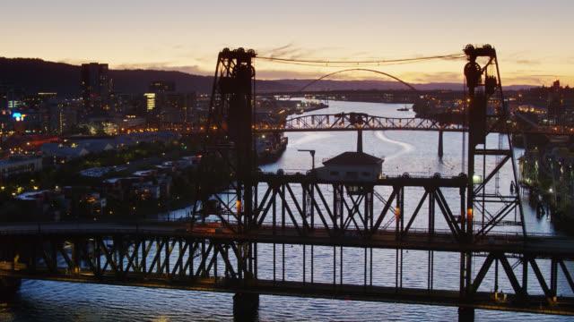 steel bridge e downtown portland al cala la notte - aerial - fiume willamette video stock e b–roll