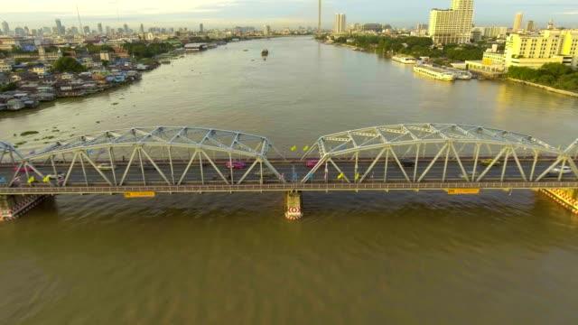 stahlbrücke überqueren den fluss mit dem verkehr am morgen, luftbild - tragender balken stock-videos und b-roll-filmmaterial