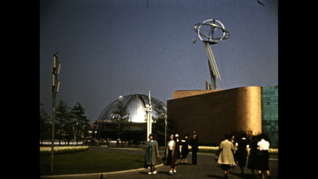 vídeos de stock e filmes b-roll de steel building. dome and sculptures / people entering steinmetz hall - general electric demonstration area with 'man-made lightning' sign / tilt up... - general electric