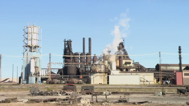 vídeos de stock, filmes e b-roll de ws, steel factory with smoke stacks, cleveland, ohio, usa - moinho