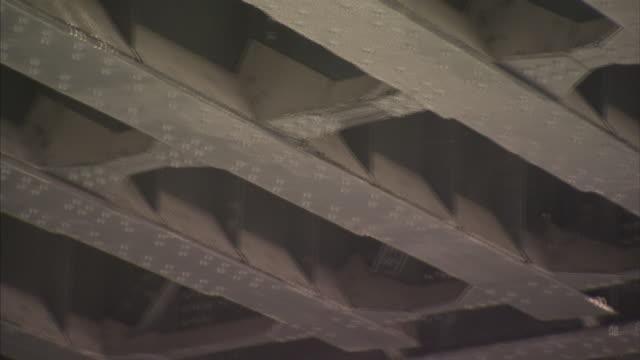 vidéos et rushes de steel girders support an overpass. - poutrelle