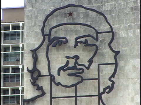 vídeos de stock, filmes e b-roll de cu, steel likeness of che guevara in plaza de la revolucion, havana, cuba - figura masculina