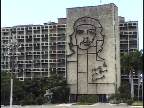 vídeos de stock, filmes e b-roll de ws, steel likeness of che guevara in plaza de la revolucion, havana, cuba - figura masculina