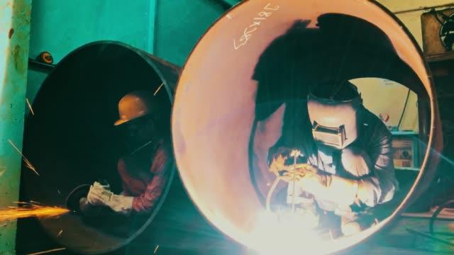 鋼管溶接、グラインダー作業で - 研ぐ点の映像素材/bロール