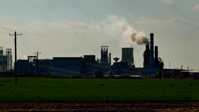 vídeos de stock, filmes e b-roll de planta de aço que está sendo produzida, fumo da chaminé - produto interno bruto