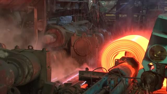 vídeos de stock e filmes b-roll de steel plant - coiling - indústria metalúrgica