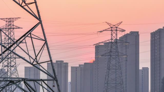 スチール パイロン とモダンなビル日没に。タイムラプス 4 k - ワイヤー点の映像素材/bロール