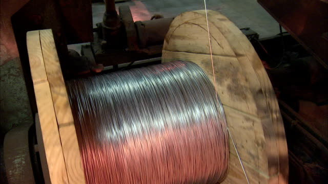 stockvideo's en b-roll-footage met steel wire coils around a wooden spool. - klos