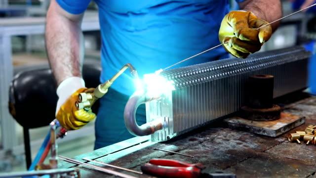 鉄鋼労働者の溶接コンベクター工場内 - 溶接する点の映像素材/bロール