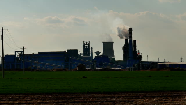 製鉄所製鉄高炉が煙を発する - 工場の煙突点の映像素材/bロール