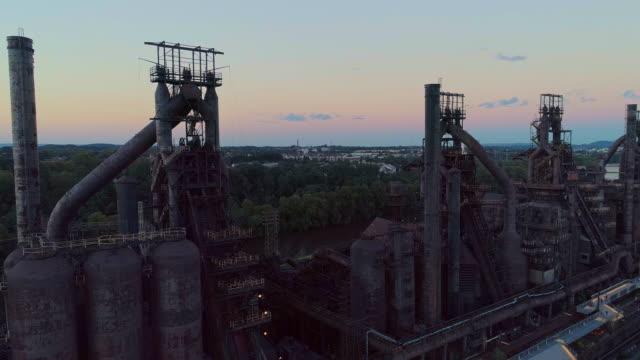 steelstacks - 歴史的な鉄鋼工場は、ペンシルベニア州ベツレヘムの近代的な文化センターに変換されました。パノラマカメラの動きを持つ空中ドローンビデオ。 - 鉄工所点の映像素材/bロール