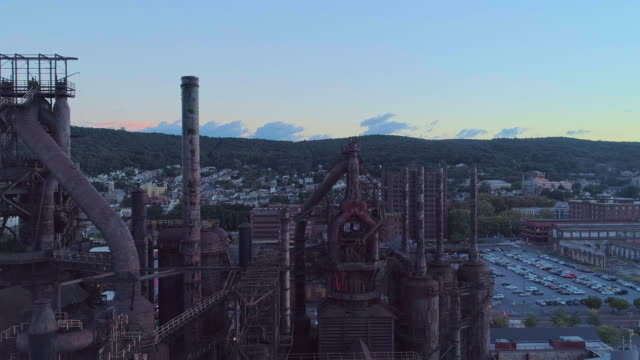 vídeos de stock e filmes b-roll de steelstacks - the historic steel plant converted into the modern cultural center in bethlehem, pennsylvania. aerial drone video with the panoramic camera motion. - fábrica de aço