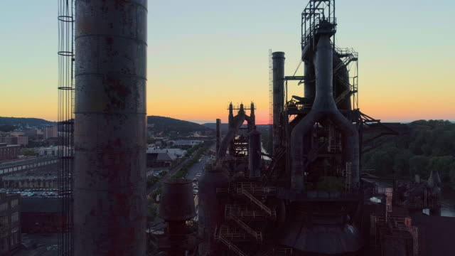 stockvideo's en b-roll-footage met steel stacks-de historische staalfabriek omgebouwd tot het moderne culturele centrum in bethlehem, pennsylvania. aerial drone video met de panoramische camerabeweging. - pennsylvania