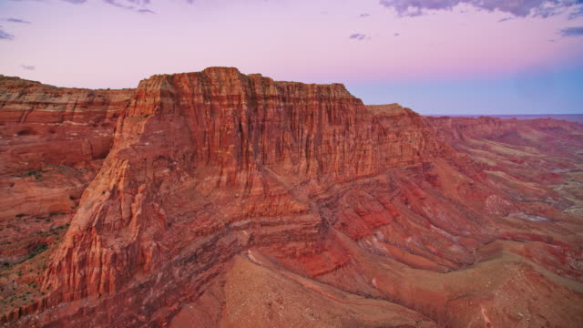 aerial steile klippen im grand canyon bei sonnenuntergang - grand canyon nationalpark stock-videos und b-roll-filmmaterial