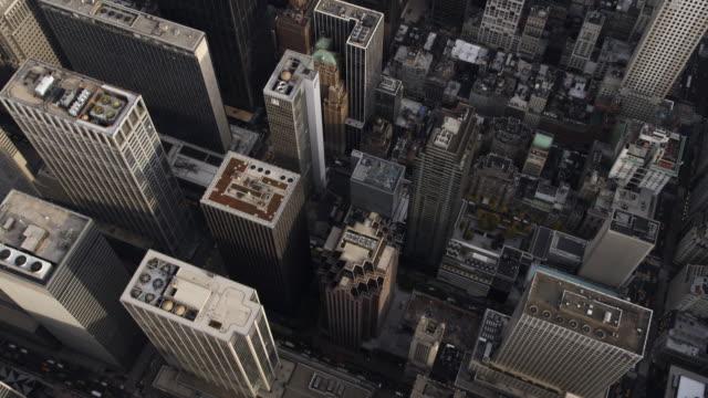steep look down into midtown manhattan as flight heads toward central park. shot in 2011. - artbeats 個影片檔及 b 捲影像
