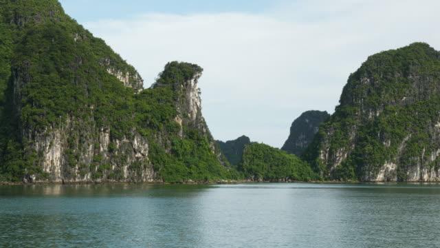 stockvideo's en b-roll-footage met steile marmer eilanden in noord-vietnam - vietnam