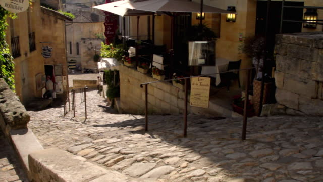 ms tu ws steep narrow cobbled street and church in old town / st emilion, aquitaine, france - steep stock videos & royalty-free footage