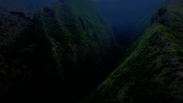 steep valley between two ridges in maui mountains - isole hawaii video stock e b–roll