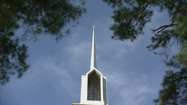 la steeple of church with cross / columbia, south carolina, united states - kirchturmspitze stock-videos und b-roll-filmmaterial