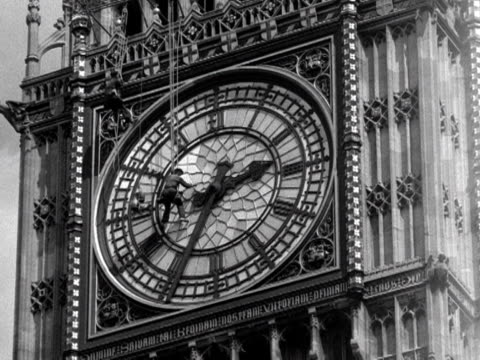 a steeplejack cleans one of the clock faces of big ben 1953 - turmarbeiter stock-videos und b-roll-filmmaterial