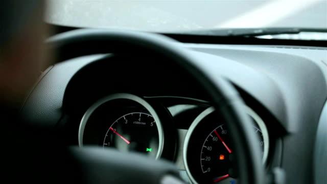 vídeos y material grabado en eventos de stock de volante y tablero de instrumentos del coche mientras se conduce. - velocimetro
