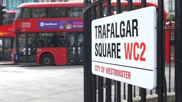 steet sign trafalgar square, london. - trafalgar square stock-videos und b-roll-filmmaterial