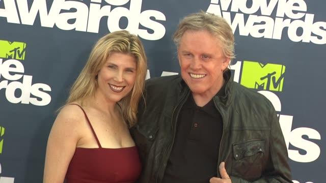 steffanie sampson, gary busey at the 2011 mtv movie awards at los angeles ca. - ゲーリー ビジー点の映像素材/bロール