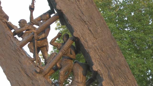 "vídeos de stock e filmes b-roll de ""steile lagerung""  bronze monument - figura masculina"