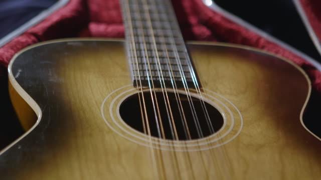 vídeos de stock, filmes e b-roll de cu stella guitar in guitar case / england, united kingdom - violão acústico