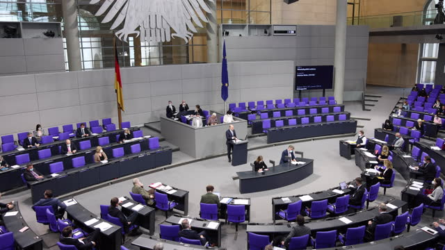 stenographers write so-called stenographic reports of a debate at the bundestag following a decision by state governments to extend the current... - parlamentsledamot bildbanksvideor och videomaterial från bakom kulisserna