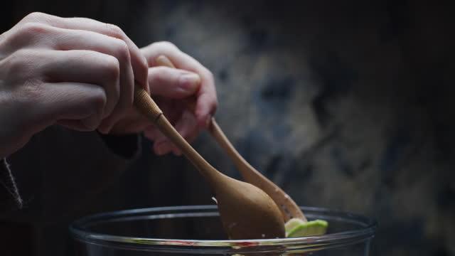 vídeos de stock, filmes e b-roll de passo a passo preparando salada de legumes frescos - panning