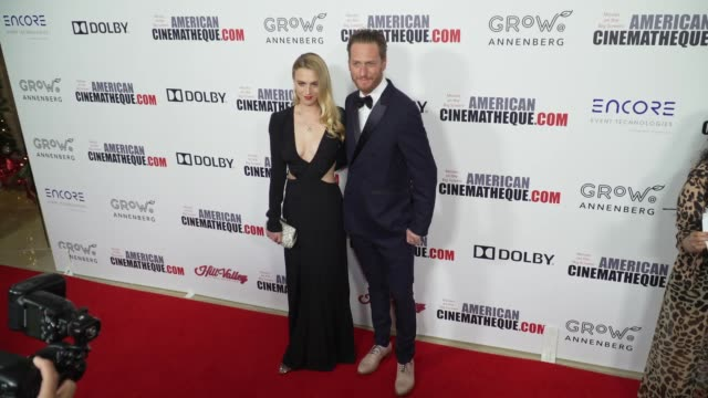 vídeos y material grabado en eventos de stock de stephanie tarling and brian klugman at the 32nd annual american cinematheque award honoring bradley cooper at the beverly hilton hotel on november... - the beverly hilton hotel