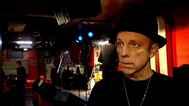vidéos et rushes de stephen dale petit interview sot - talks of the history of the 100 club royal albert hall: reporter talking to musician jools holland - jools holland