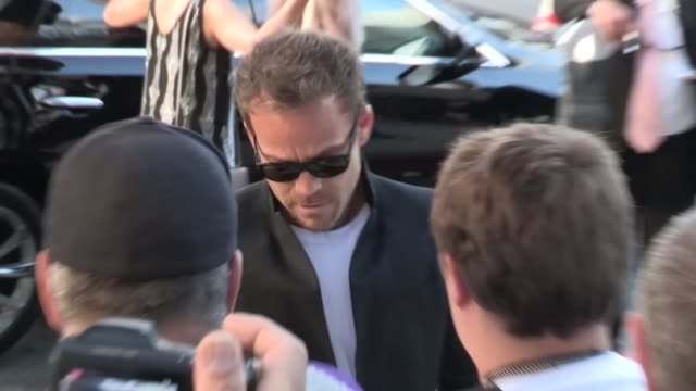 stockvideo's en b-roll-footage met stephen dorff greets fans while arriving at the bling ring premiere in los angeles 06/04/13 - stephen dorff