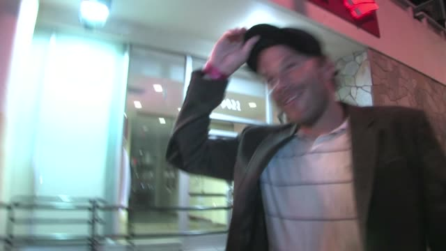 stockvideo's en b-roll-footage met stephen dorff leaving roxy in west hollywood - stephen dorff