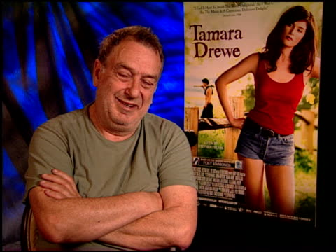 vidéos et rushes de stephen frears on working on a film adaptation at the 'tamara drewe' junket at los angeles ca. - s'adapter