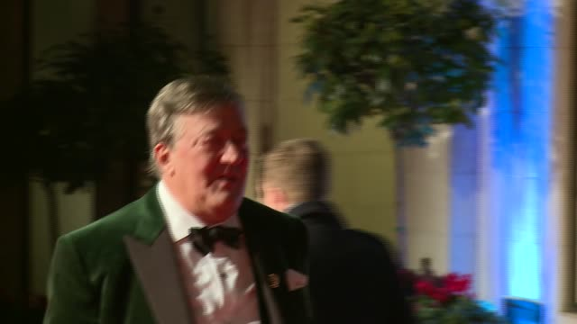stephen fry announces he has had treatment for prostate cancer; r14021604 / 14.2.2016 london: ext stephen fry arriving at 2016 bafta awards event - スティーブン フライ点の映像素材/bロール