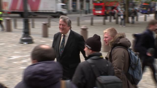 stephen fry announces he has had treatment for prostate cancer r141117018 / st paul's cathedral ext stephen fry arriving at st paul's for michael... - スティーブン フライ点の映像素材/bロール