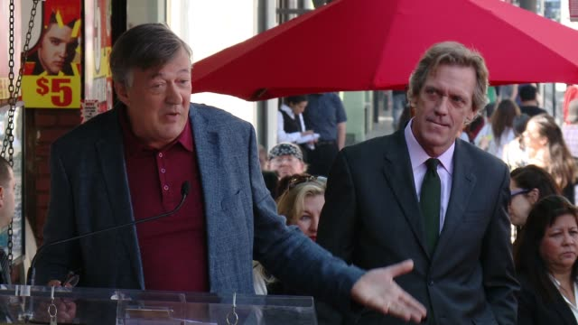 vídeos de stock e filmes b-roll de stephen fry at hugh laurie honored with star on the hollywood walk of fame on october 25, 2016 in hollywood, california. - stephen fry
