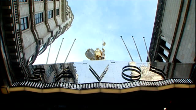vídeos de stock e filmes b-roll de stephen fry first guest to check in to newly refurbished savoy hotel; tx 7.10.2010 england: london: ext exterior of savoy hotel int various interiors... - stephen fry