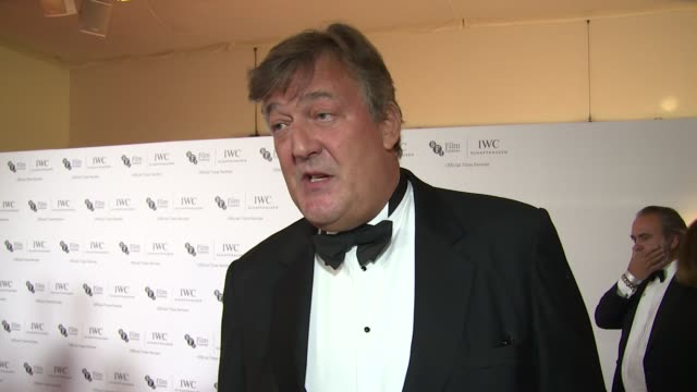 vídeos de stock e filmes b-roll de stephen fry on old movies, remastering, london film festival and upcoming travels at the bfi london film festival - iwc gala on 7th october 2014 in... - stephen fry