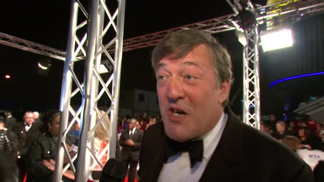 vidéos et rushes de stephen fry on the evening being strange on whether he's enjoying it on giving up twitter and whether there's any side effects to going cold turkey... - stephen fry