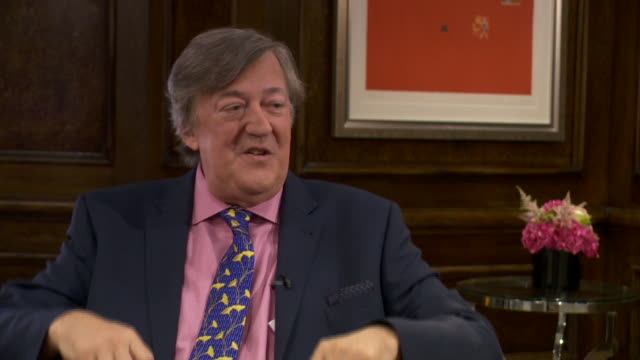 stephen fry saying england's isolationalist stance on brexit could leave it vulnerable to future ai technologies - スティーブン フライ点の映像素材/bロール